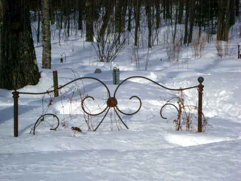 Winter garden:  Bed frame in the snow